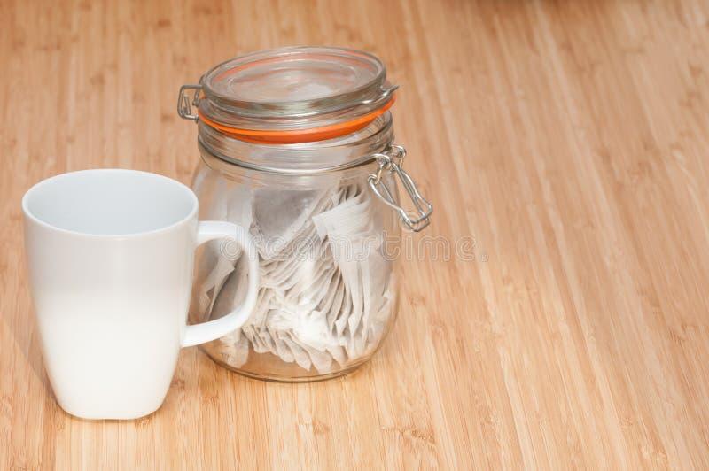 有小型运车的茶杯 库存照片