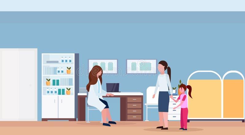 有小女儿参观的儿科医生女性医生坐的工作场所书桌现代医院办公室内部的母亲 向量例证