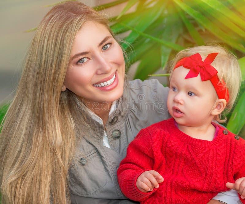 有小女儿的愉快的妇女 免版税库存照片