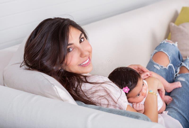 有小女儿的美丽的妈妈 免版税库存图片