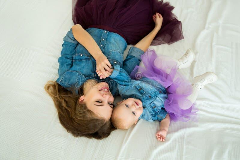 有小女儿的美丽的愉快的母亲 库存照片