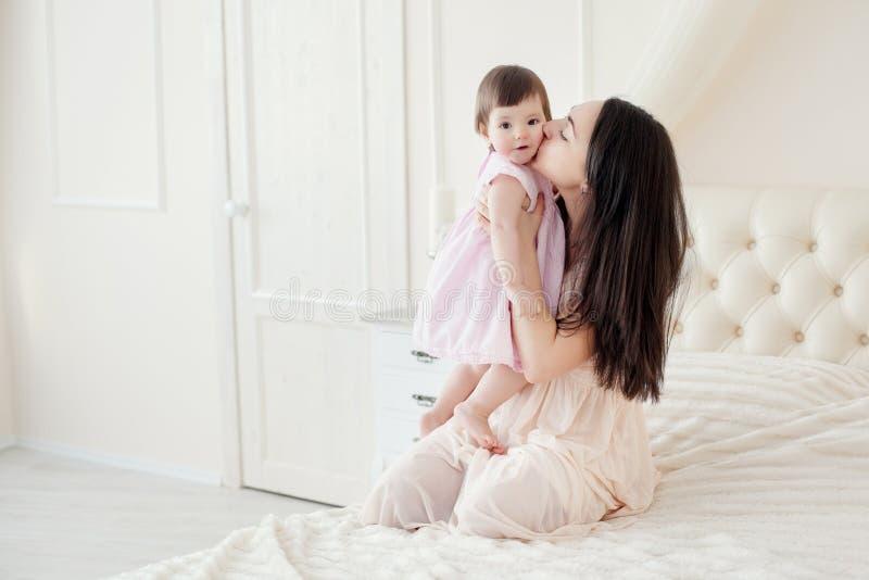 有小女儿的年轻母亲houme的 库存照片
