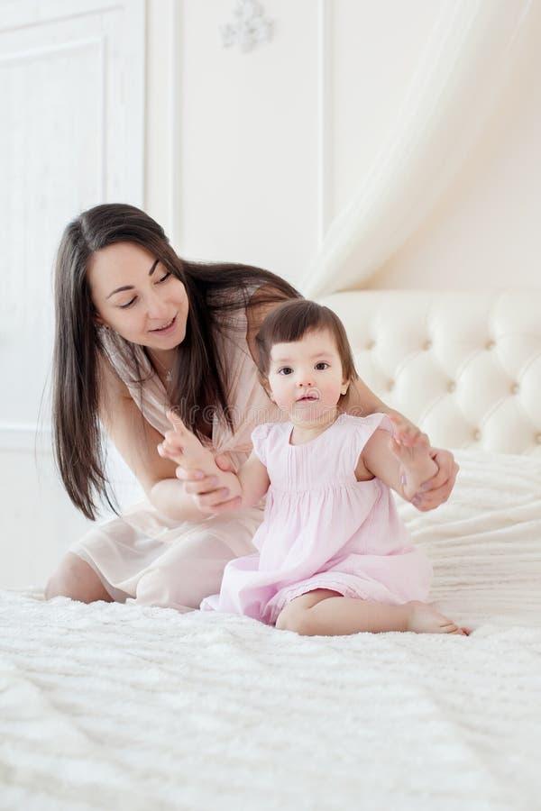 有小女儿的年轻母亲houme的 免版税库存图片