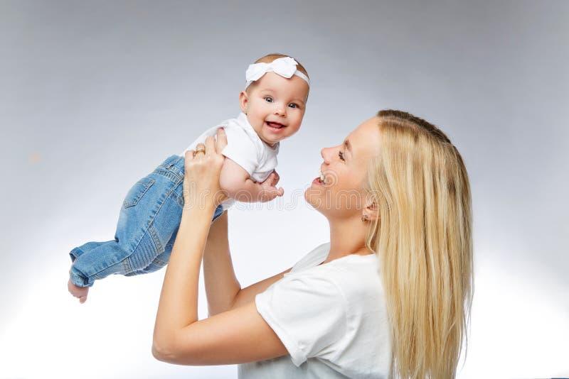 有小孩女婴的美丽的年轻母亲 库存图片