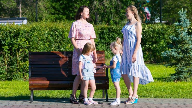 有小孩子的两名妇女在街道上 免版税库存图片