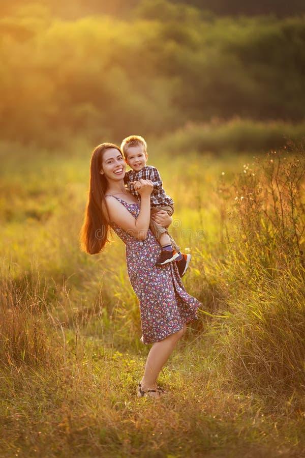 有小孩男孩的愉快的母亲 库存照片