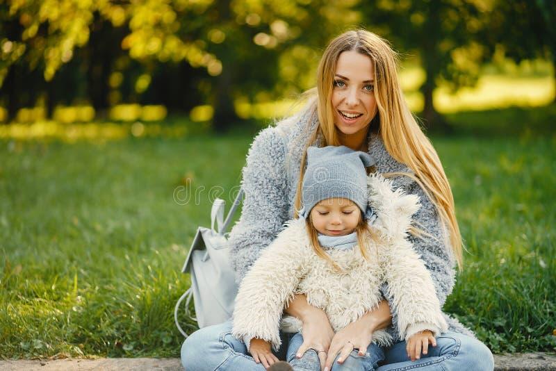 有小孩的年轻母亲 免版税库存照片