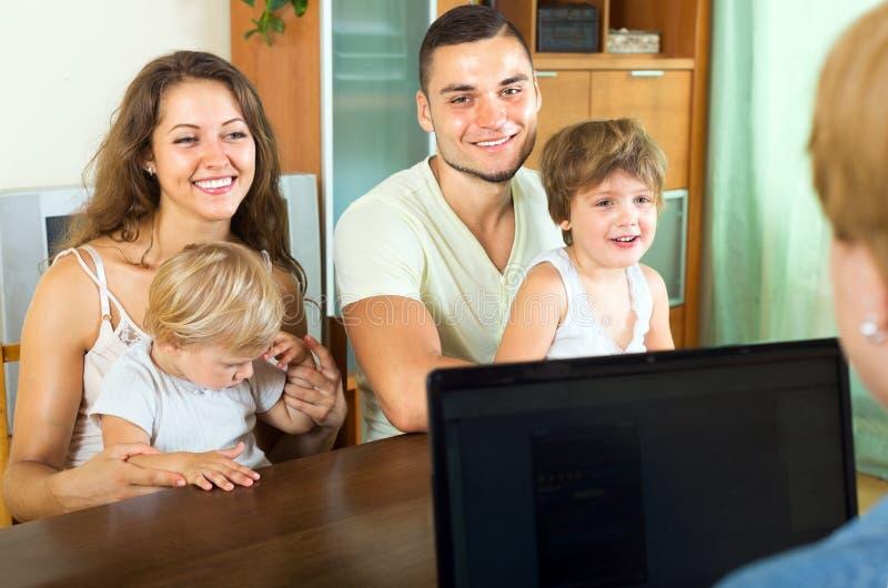有小孩的父母 免版税库存图片