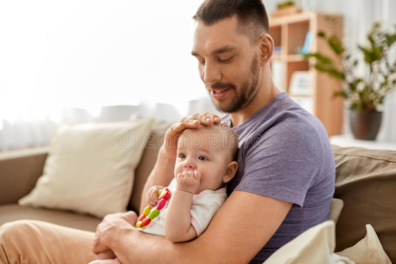 有小小女儿的愉快的父亲在家 免版税库存照片