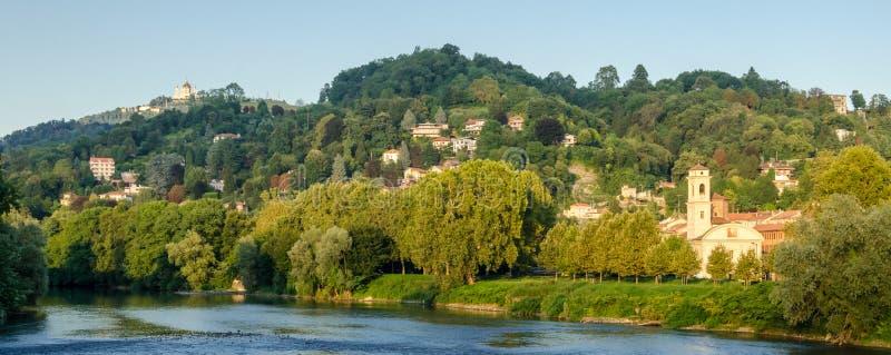 有小山的都灵(托里诺),全景和波河 图库摄影
