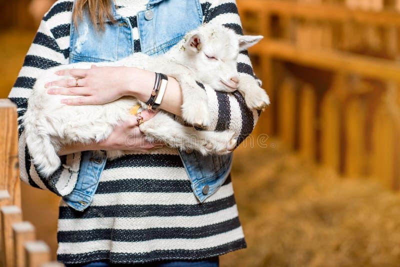 有小山羊的妇女 免版税库存图片