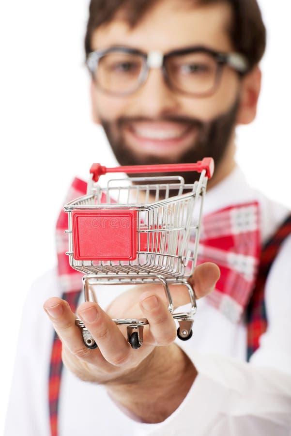 有小手提篮的人佩带的悬挂装置 免版税库存照片