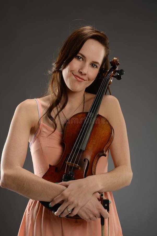 有小提琴的少妇 图库摄影