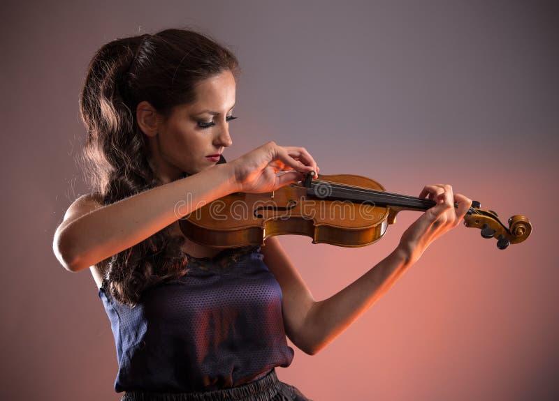 有小提琴的少妇 免版税库存照片