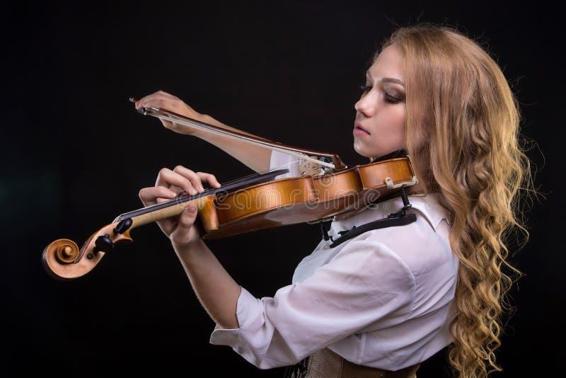 有小提琴的年轻白肤金发的妇女 免版税库存照片