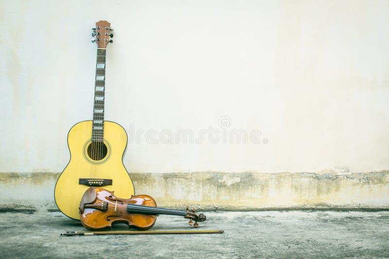 有小提琴葡萄酒的声学吉他 免版税图库摄影