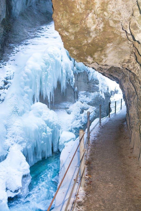 有小河、积雪的岩石和冰柱的在冬天,加米施・帕藤吉兴,巴伐利亚,德国Partnachklamm Partnach峡谷 库存图片