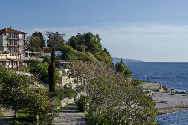 有小海滩的沿海路在黑海和住宅区在古城Nessebar 库存图片