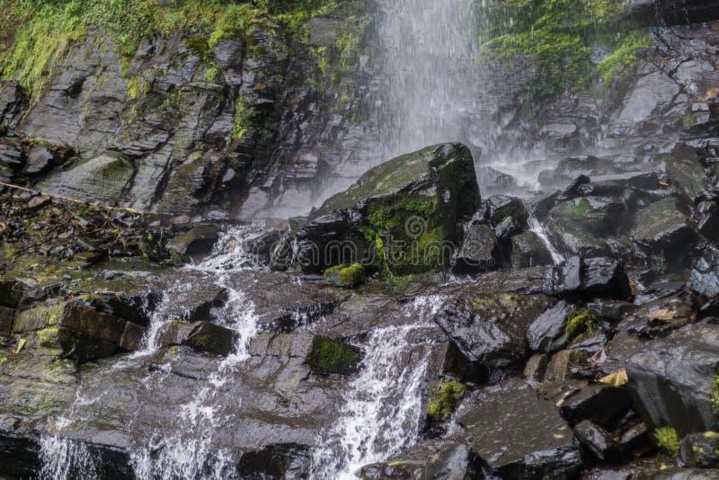 有小瀑布和许多岩石的河 免版税图库摄影