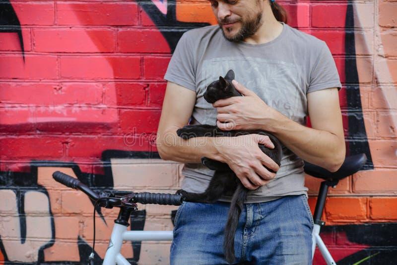 有小猫的人 免版税图库摄影