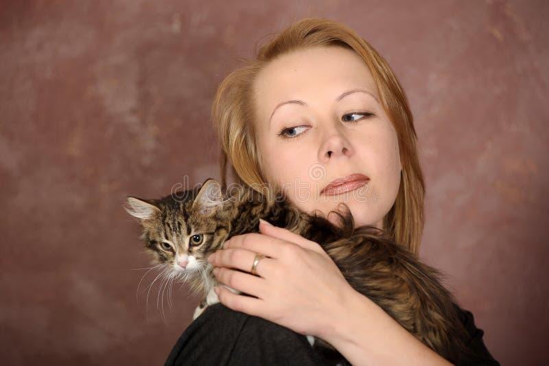 有小猫的年轻女人 图库摄影