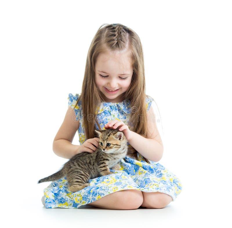 有小猫的愉快的儿童女孩 免版税库存照片