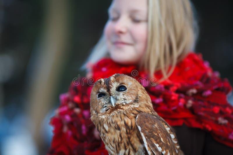 有小猫头鹰的逗人喜爱的女孩 库存照片