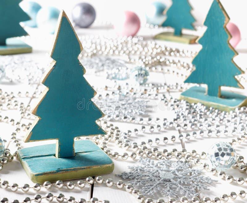 有小珠和雪花的老葡萄酒圣诞树手工制造玩具 免版税库存图片