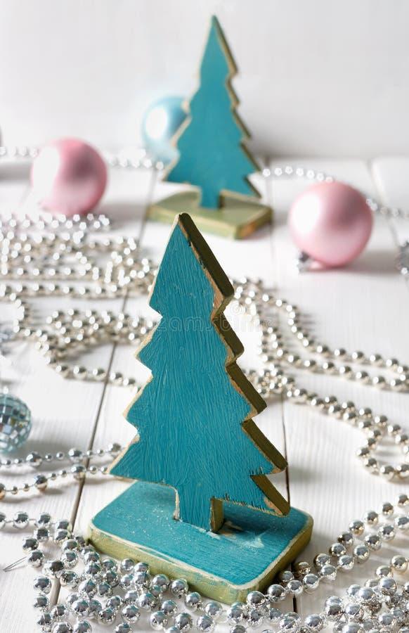 有小珠和雪花的老葡萄酒圣诞树手工制造玩具 免版税库存照片