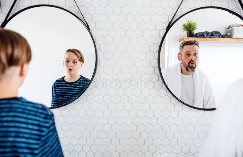 有小的成熟父亲在卫生间里在早晨,做鬼脸 免版税库存照片