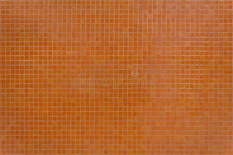 有小的马赛克正方形的墙壁橙色瓦片在大厦里面 免版税库存图片