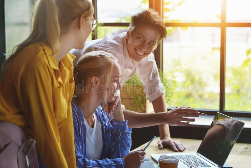 有小组不同的设计师会议概念 图表设计师队开会议在办公室 免版税库存照片