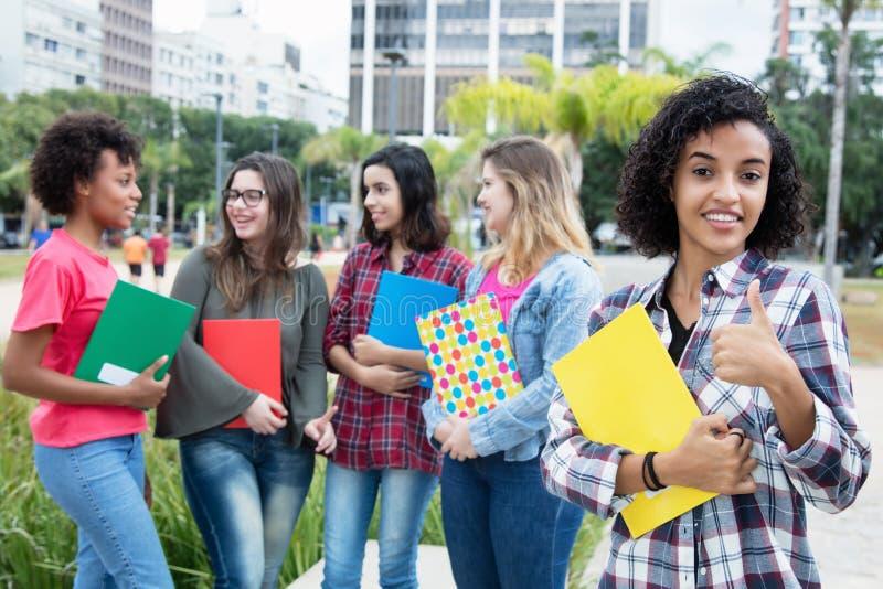 有小组的成功的拉丁美洲的女学生internati 免版税库存照片