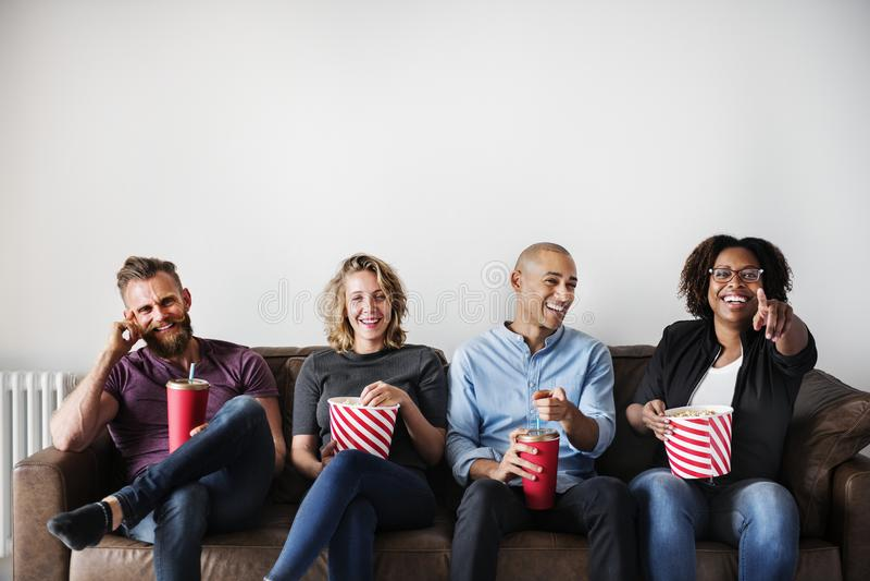 有小组的朋友一部了不起的时间观看的电影 免版税库存照片