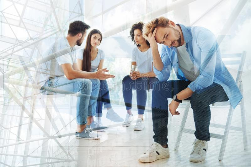 有小组的朋友与心理学家的一次谈话 免版税库存图片