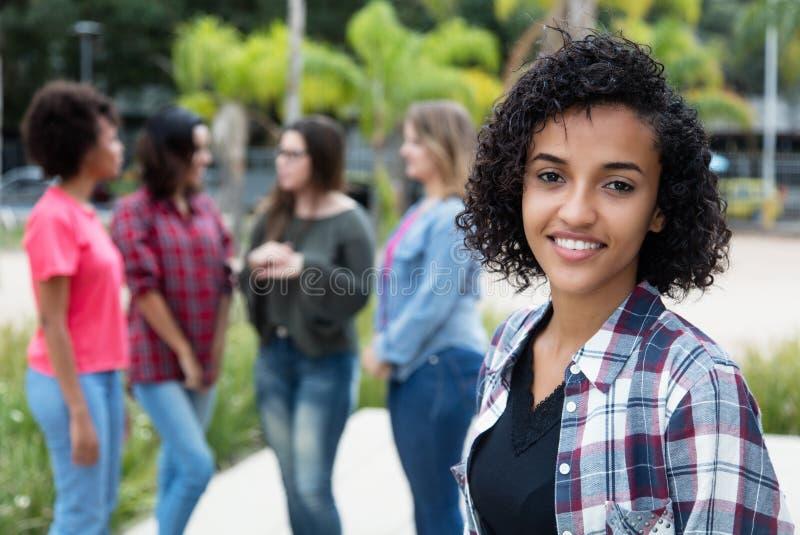 有小组的笑的拉丁美洲的妇女女朋友 库存图片