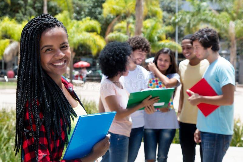有小组的笑的非洲女生学生 图库摄影