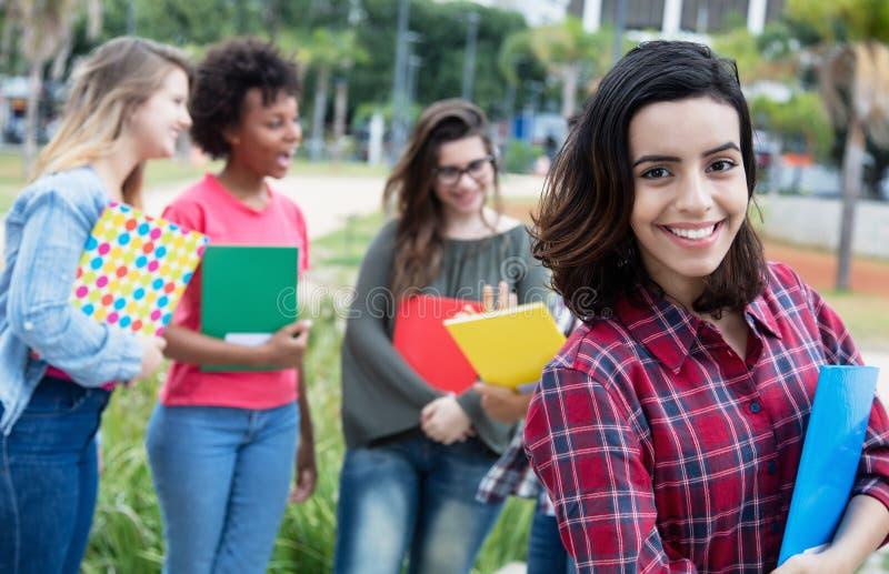 有小组的西班牙女学生国际学生 免版税库存图片