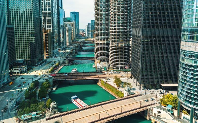 有小船和交通的芝加哥河 免版税库存照片