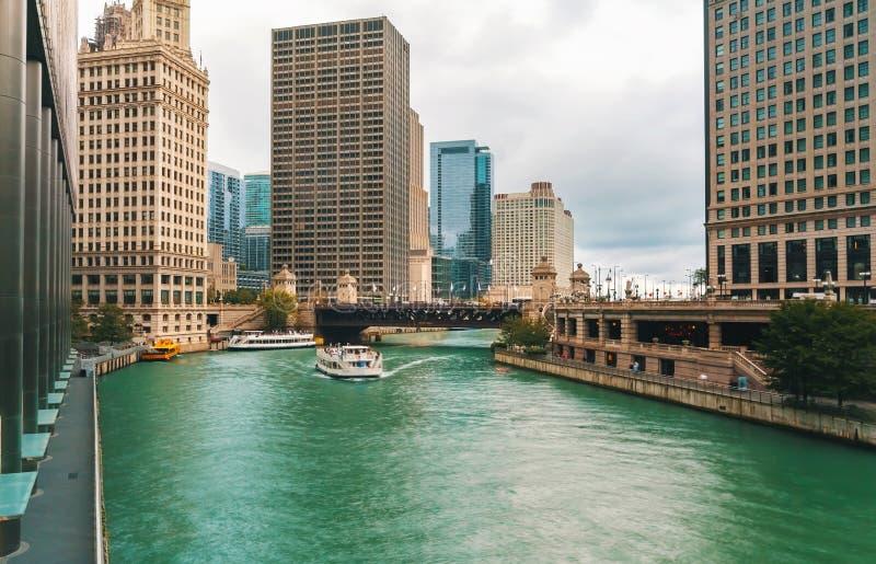 有小船和交通的芝加哥河 库存图片