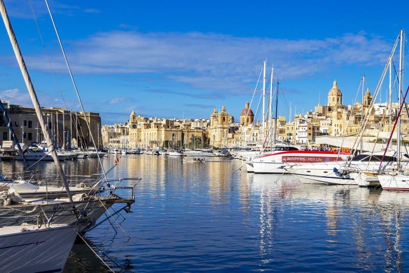 有小船和建筑学的马尔他城市江边 免版税库存图片