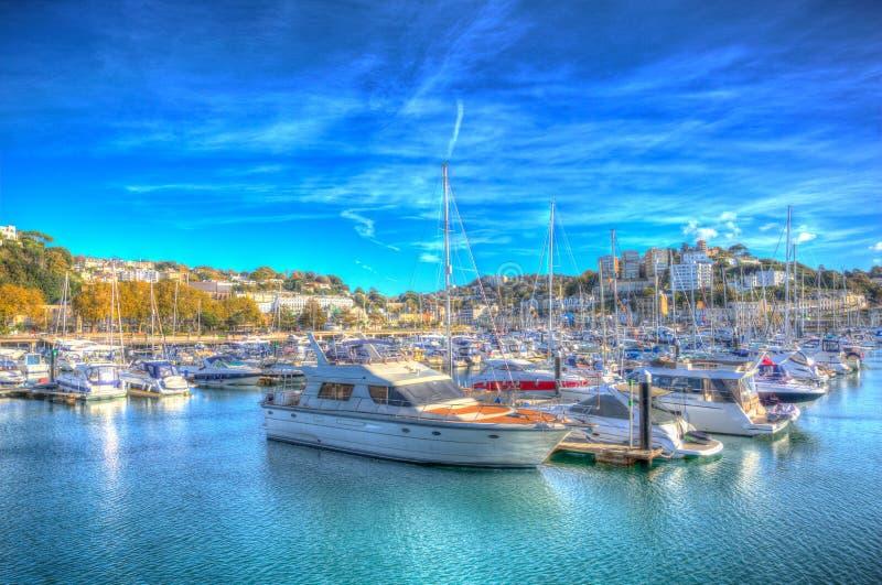 有小船和游艇的Torquay德文郡英国小游艇船坞在五颜六色的HDR的美好的天 免版税库存照片