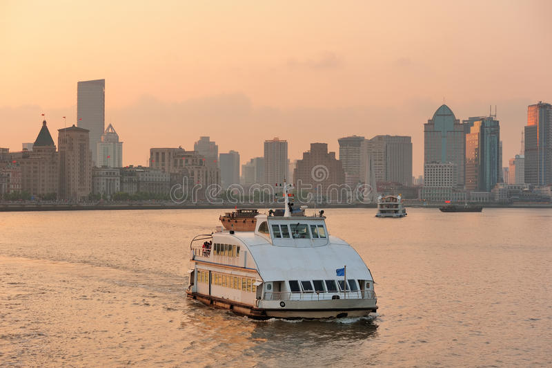 有小船的上海Huangpu河 免版税图库摄影