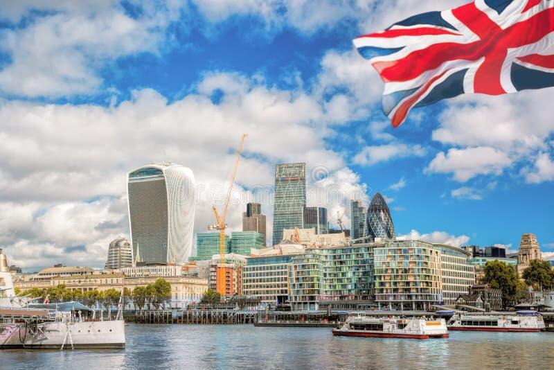 有小船的伦敦市在英国 库存照片