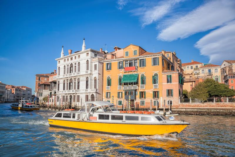 有小船的大运河在威尼斯,意大利 库存图片
