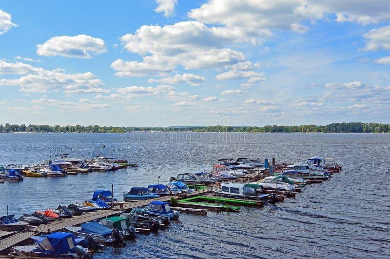 有小船的木码头靠了码头对它 翼果,俄罗斯,伏尔加河 库存图片