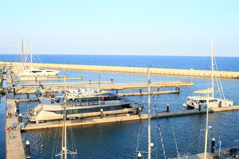 有小船的港口在海 免版税图库摄影