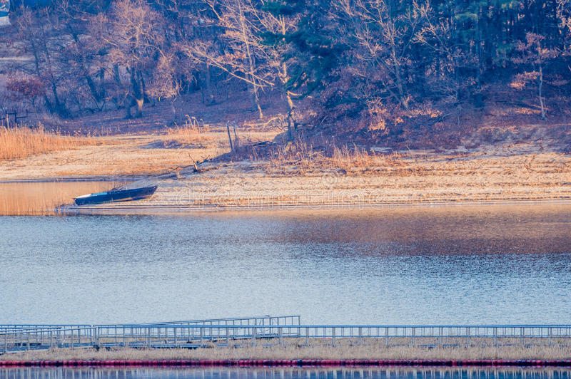 有小船的湖在海滩 库存图片