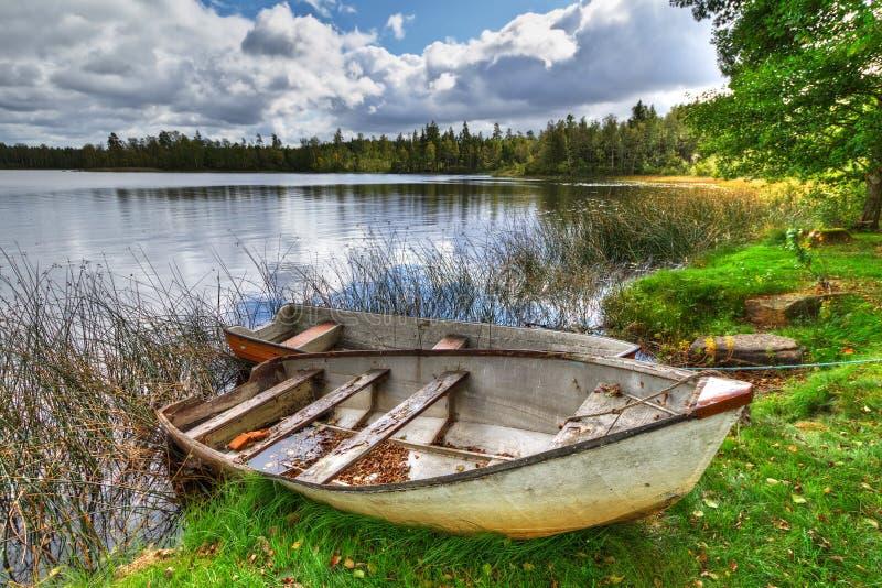 有小船的瑞典湖 库存图片
