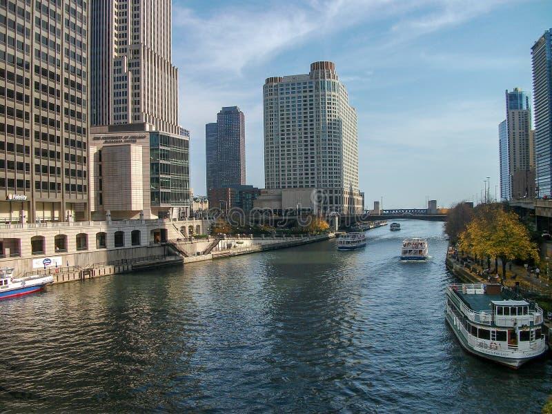 有小船的芝加哥河 免版税库存照片